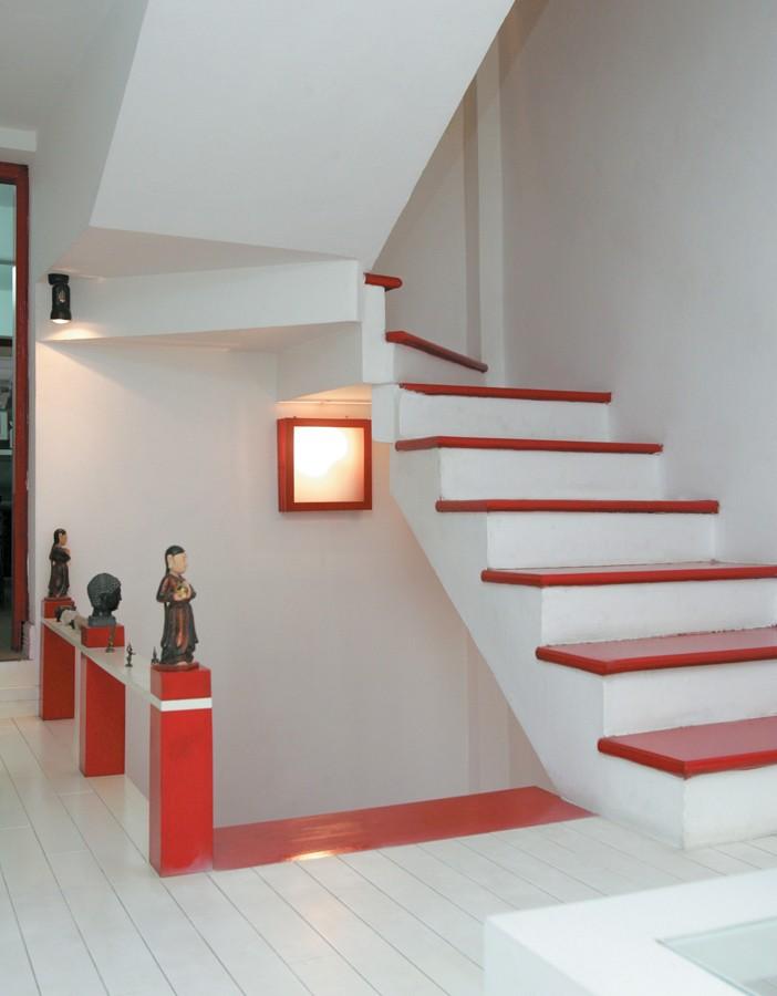 Cầu thang sắt cũ được thay thế bởi hàng cột nặng chất trang trí