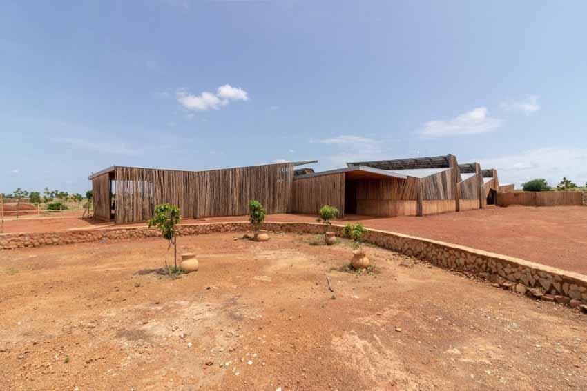 Trường đại học có tường làm bằng đất sét và gỗ bạch đàn - 1