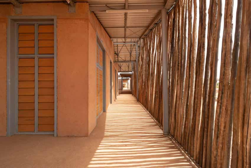 Trường đại học có tường làm bằng đất sét và gỗ bạch đàn - 6