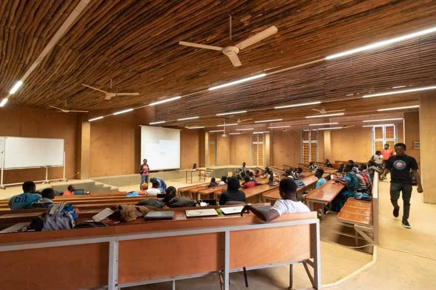 Trường đại học có tường làm bằng đất sét và gỗ bạch đàn - 10