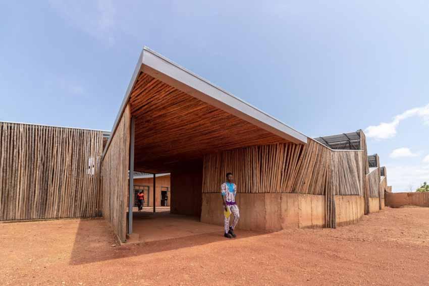 Trường đại học có tường làm bằng đất sét và gỗ bạch đàn - 13