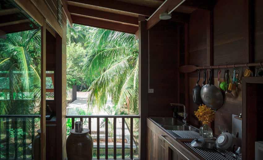 Ngôi nhà sàn gỗ ấm áp nằm giữa vườn dừa xanh mát - 9