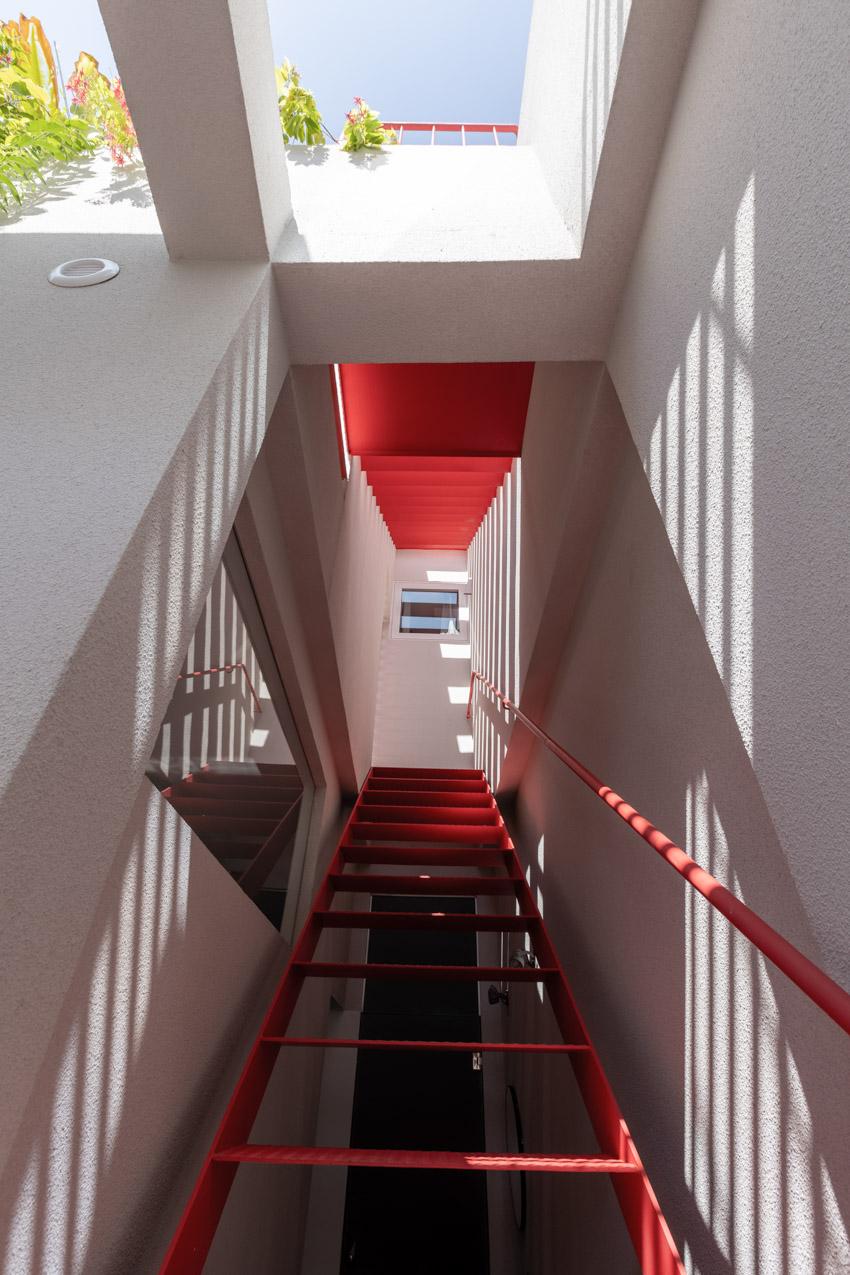 Một cái nhìn sinh động về cuộc sống qua khung cửa đỏ
