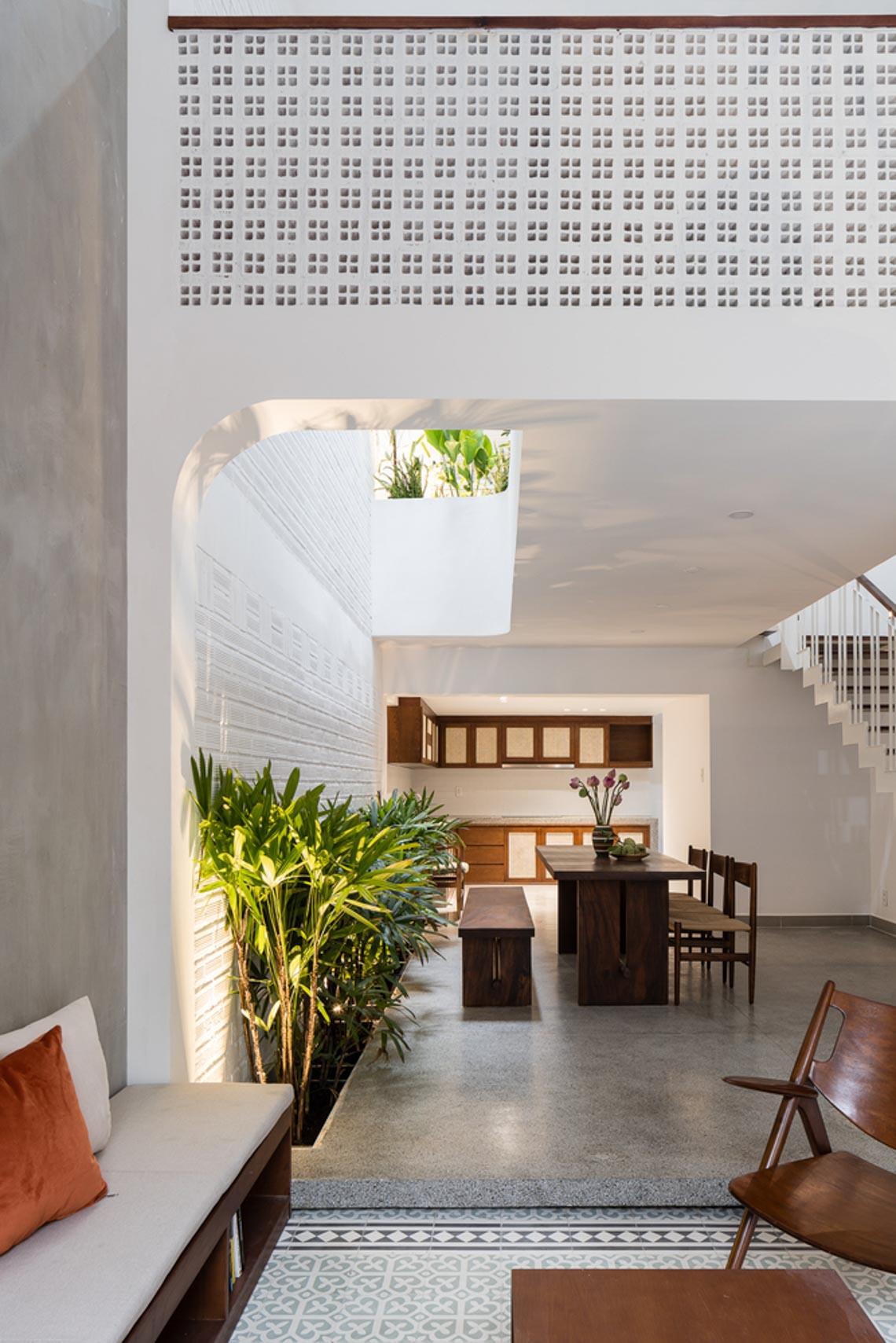 V House – ngôi nhà tràn ngập ánh sáng với những mảng xanh -4