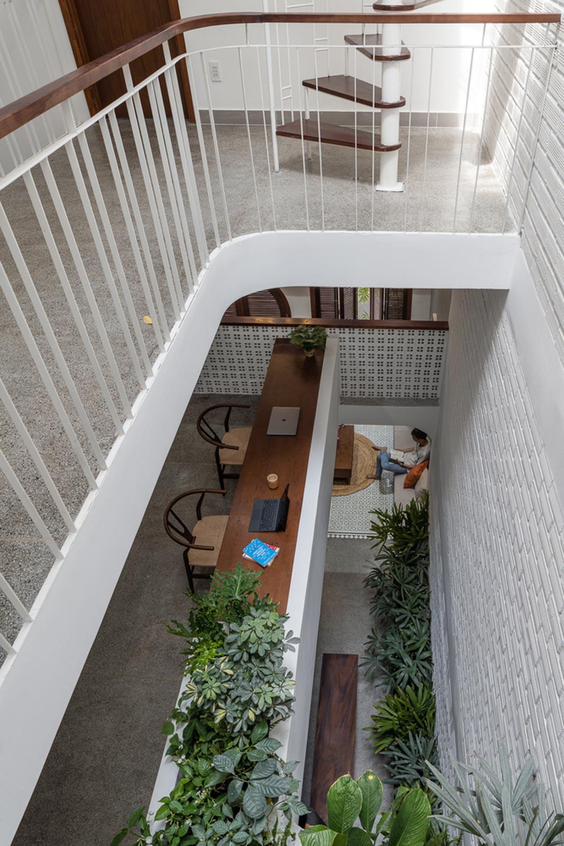 V House – ngôi nhà tràn ngập ánh sáng với những mảng xanh -11
