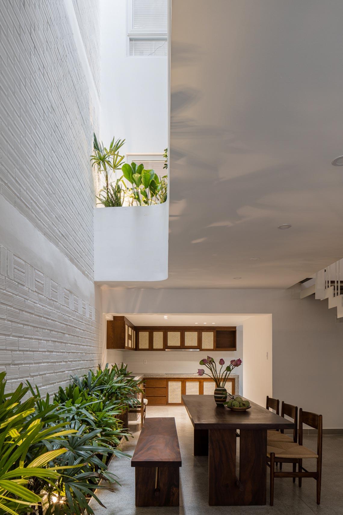 V House – ngôi nhà tràn ngập ánh sáng với những mảng xanh -28