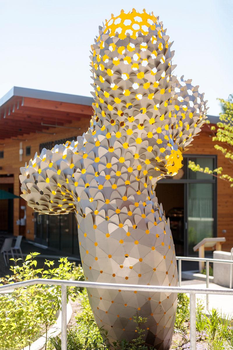 Ambigupt - tác phẩm nghệ thuật được tạo nên từ hàng trăm miếng nhôm hình cánh cung-1