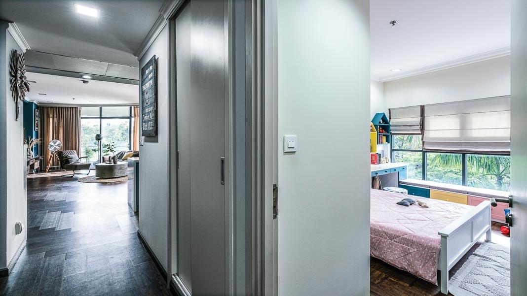 Từ phòng ngủ master nhìn ra hành lang phòng khách, góc bên phải là phòng bé gái