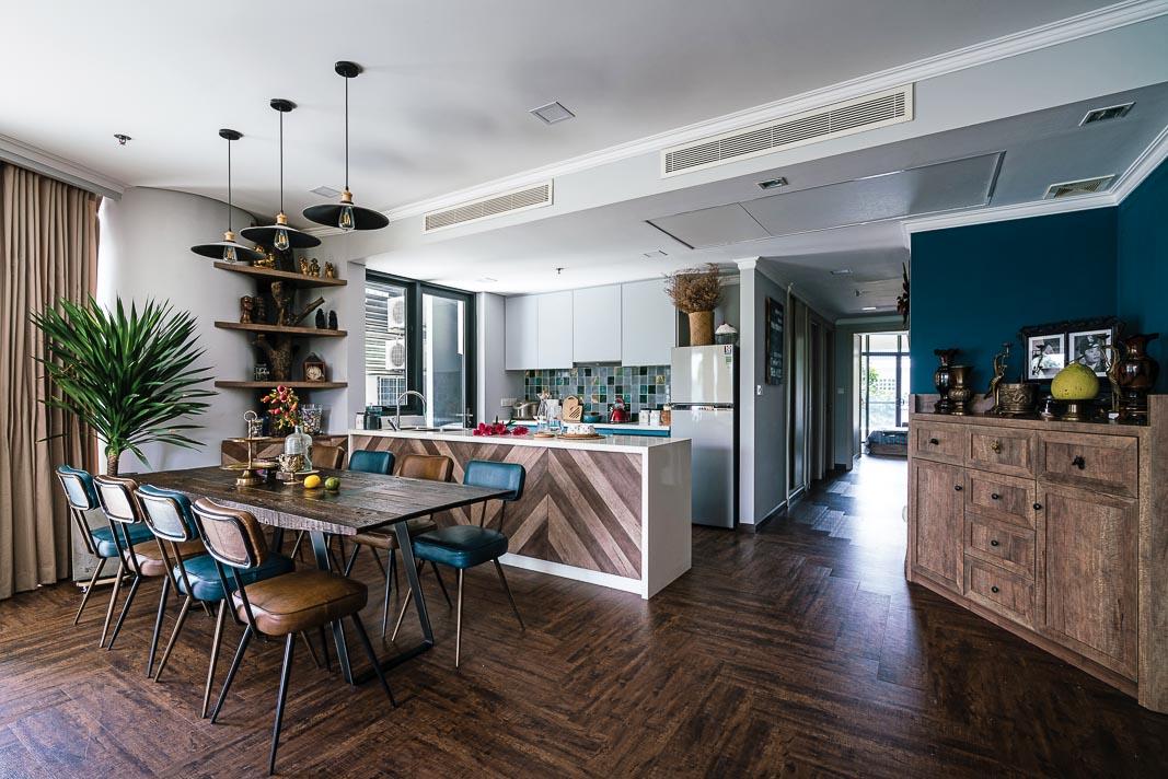 Bàn ăn và bếp, góc trái là hành lang liên kết các phòng ngủ, cuối hành lang là phòng ngủ master