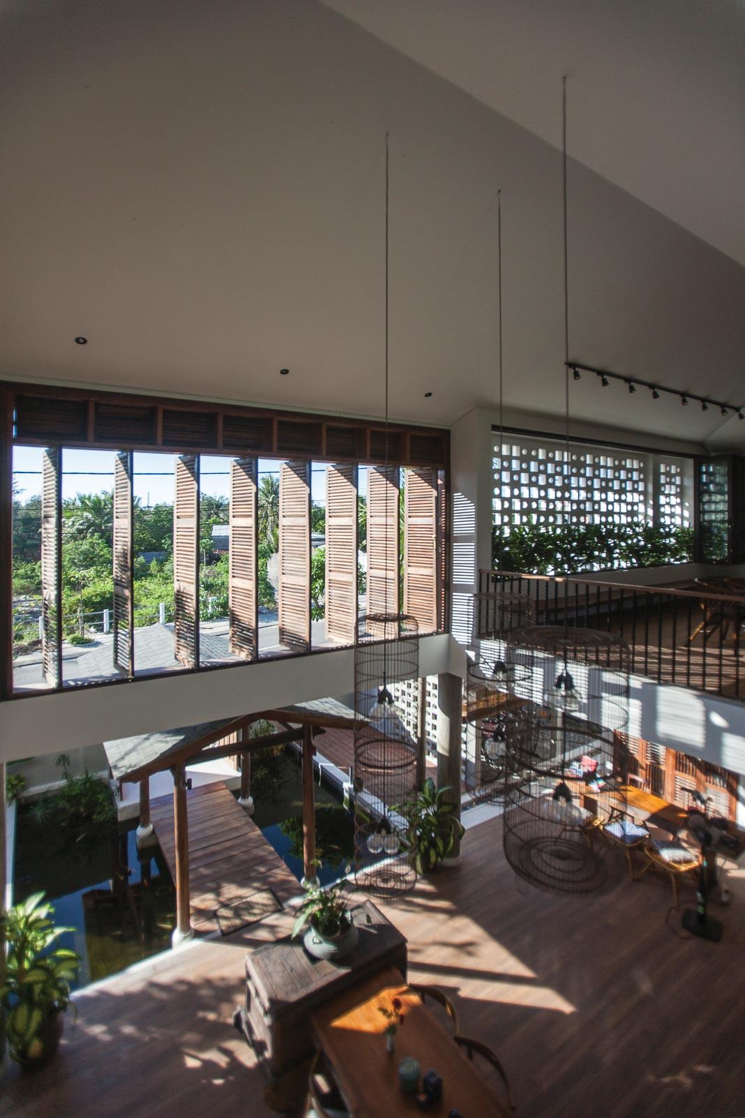 Phòng khách rộng mở với thiết kế kết nối nội và ngoại thất, các không gian sinh hoạt chung liên thông 3