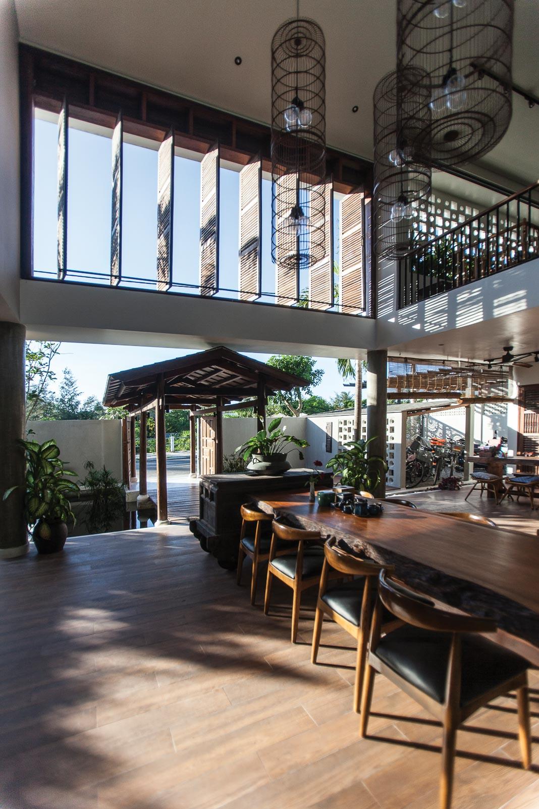 Phòng khách rộng mở với thiết kế kết nối nội và ngoại thất, các không gian sinh hoạt chung liên thông 4