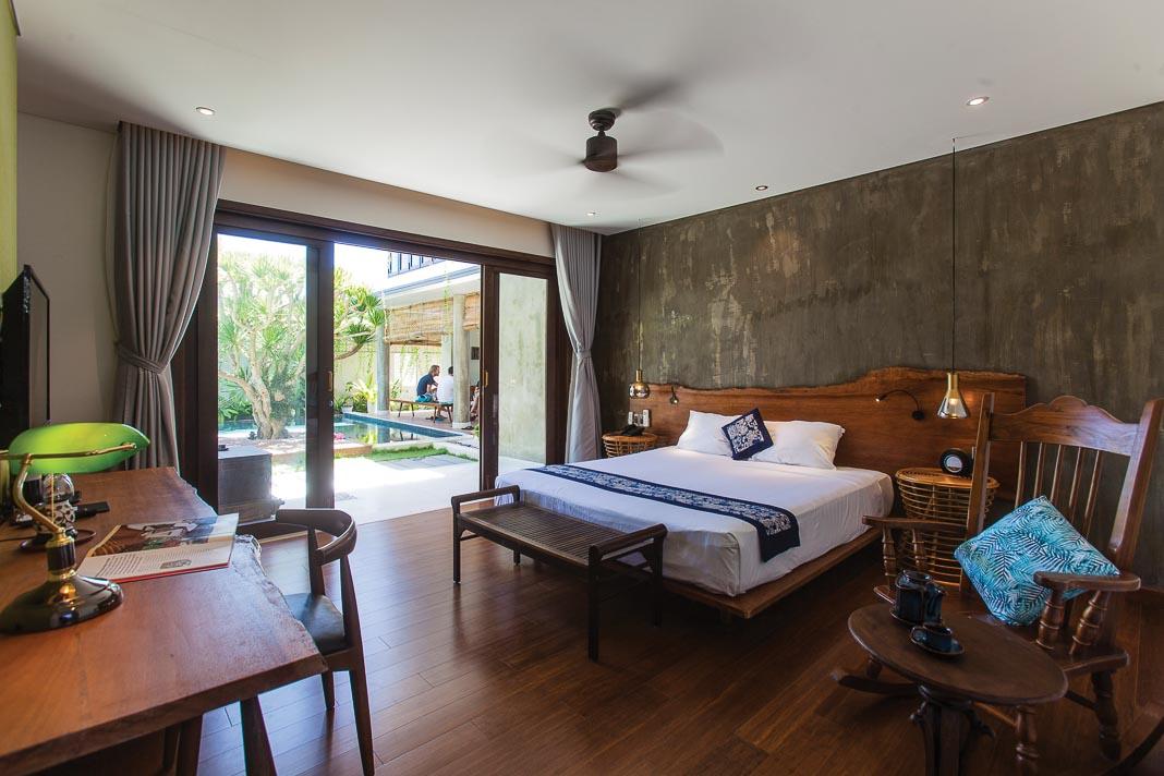 Phòng ngủ dưới tầng trệt với tầm nhìn và hàng hiên mở ra phía hồ bơi 1
