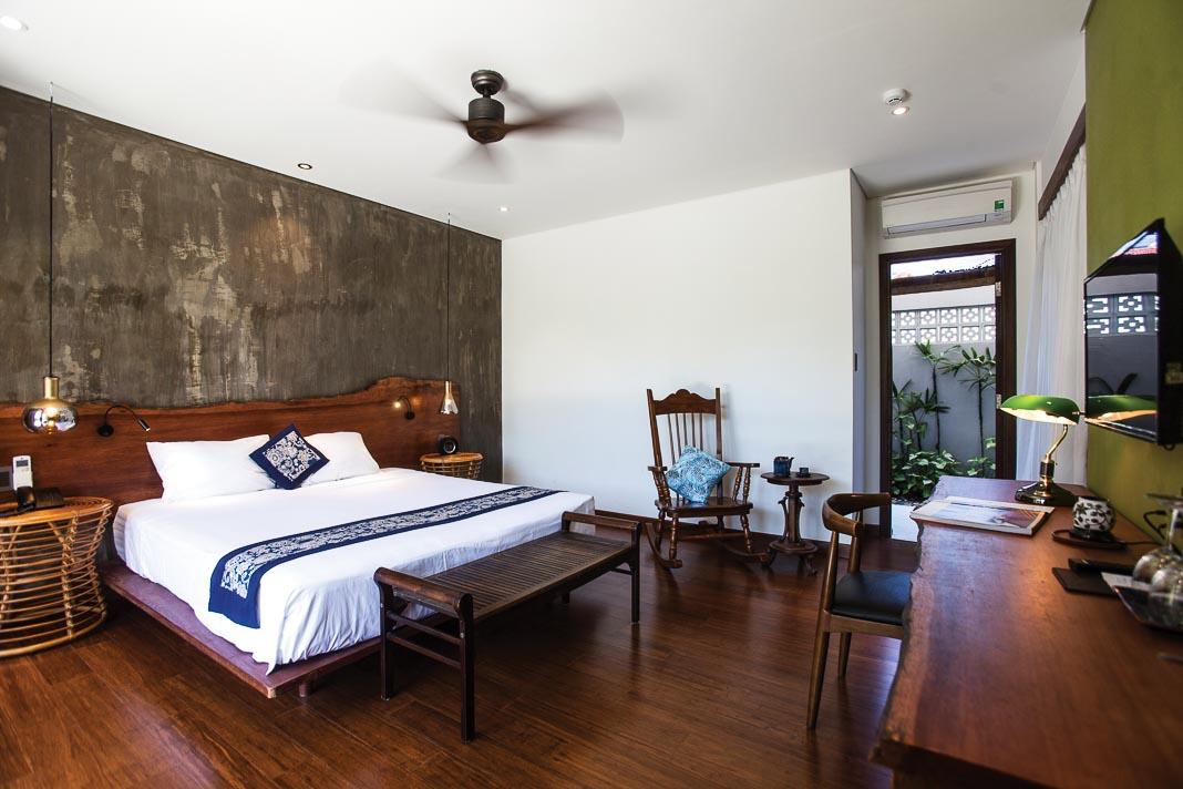 Phòng ngủ dưới tầng trệt với tầm nhìn và hàng hiên mở ra phía hồ bơi 2