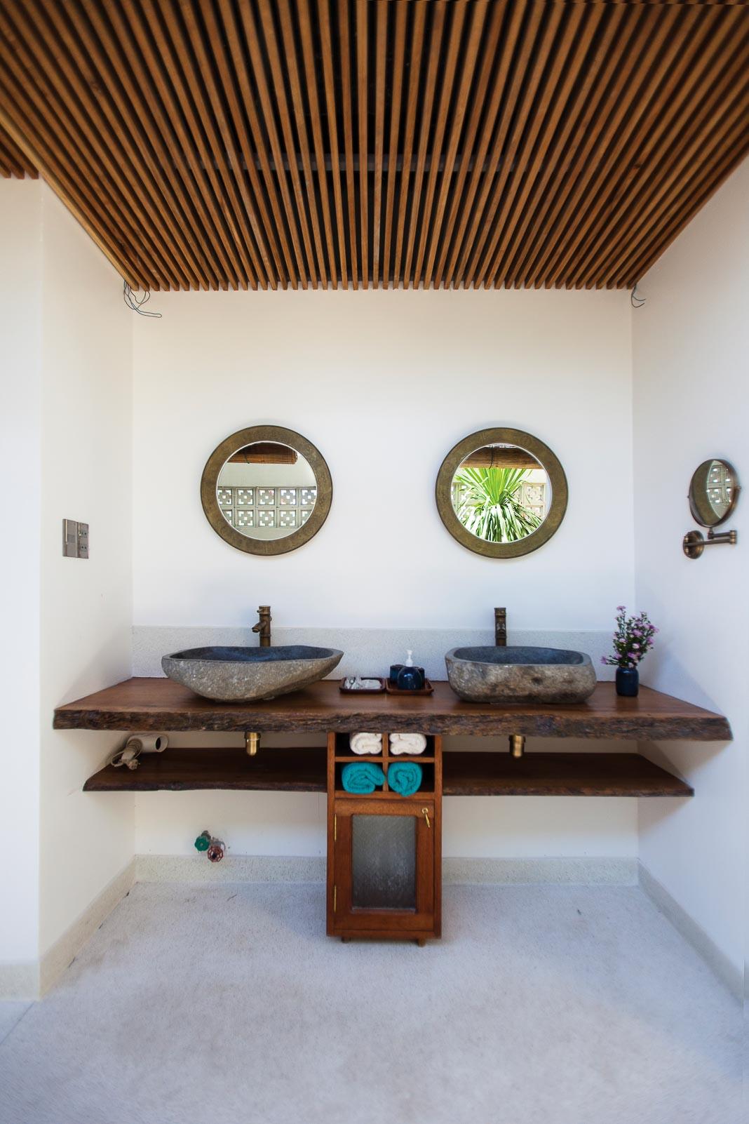 Phòng ngủ dưới tầng trệt với tầm nhìn và hàng hiên mở ra phía hồ bơi 3