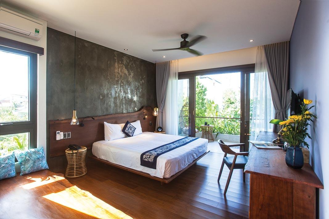 Một phòng ngủ tiêu biểu trên lầu với thiết kế thô mộc, gần gũi với thiên nhiên, không gian thoáng mở 1