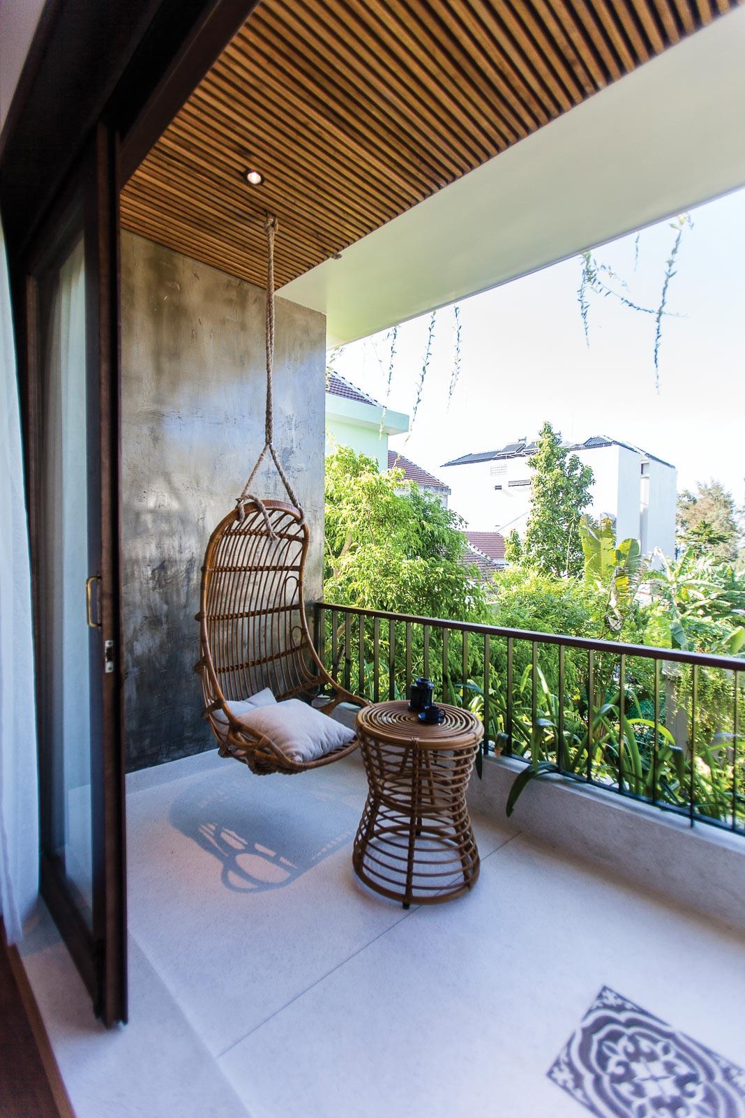 Một phòng ngủ tiêu biểu trên lầu với thiết kế thô mộc, gần gũi với thiên nhiên, không gian thoáng mở 2
