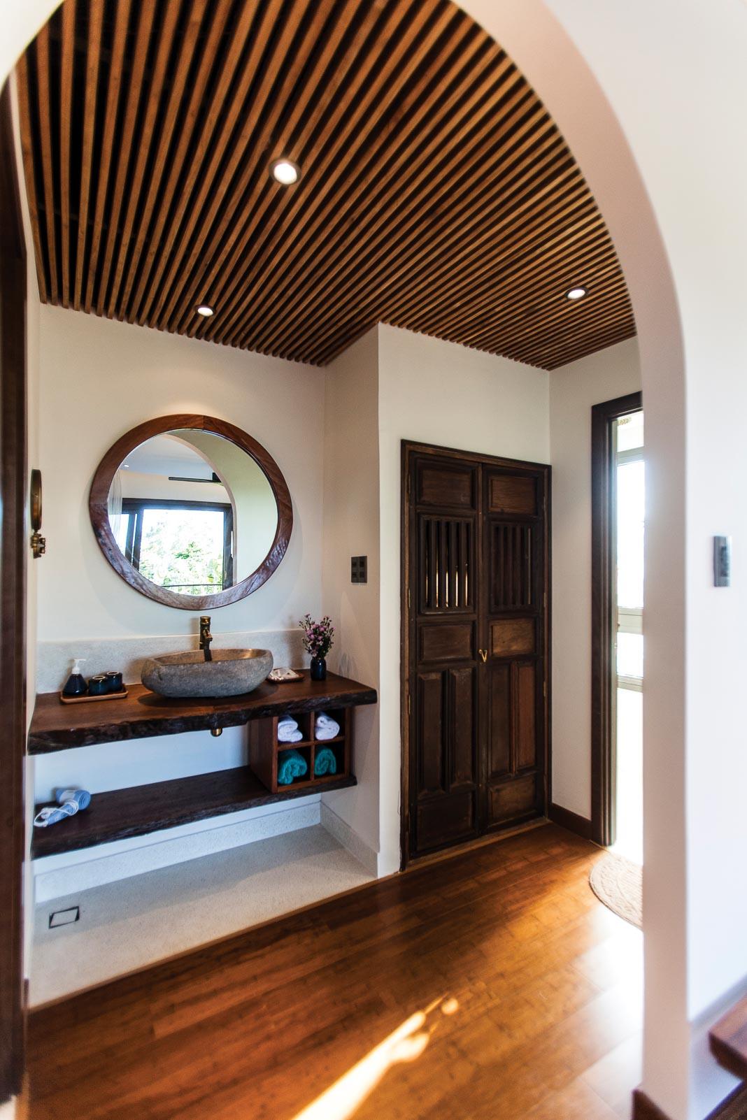 Một phòng ngủ tiêu biểu trên lầu với thiết kế thô mộc, gần gũi với thiên nhiên, không gian thoáng mở 3