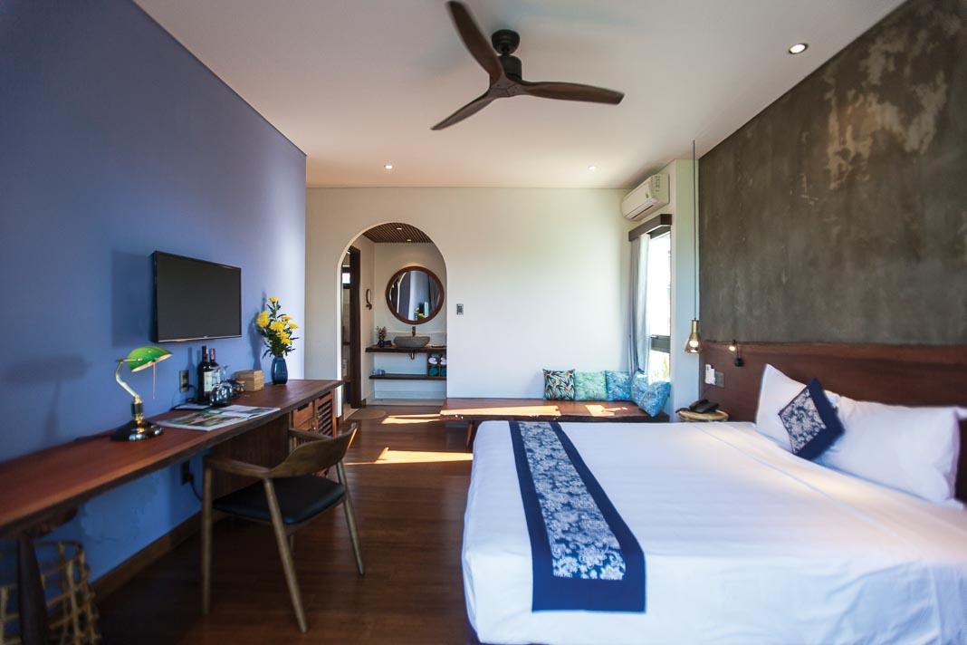Một phòng ngủ tiêu biểu trên lầu với thiết kế thô mộc, gần gũi với thiên nhiên, không gian thoáng mở 4