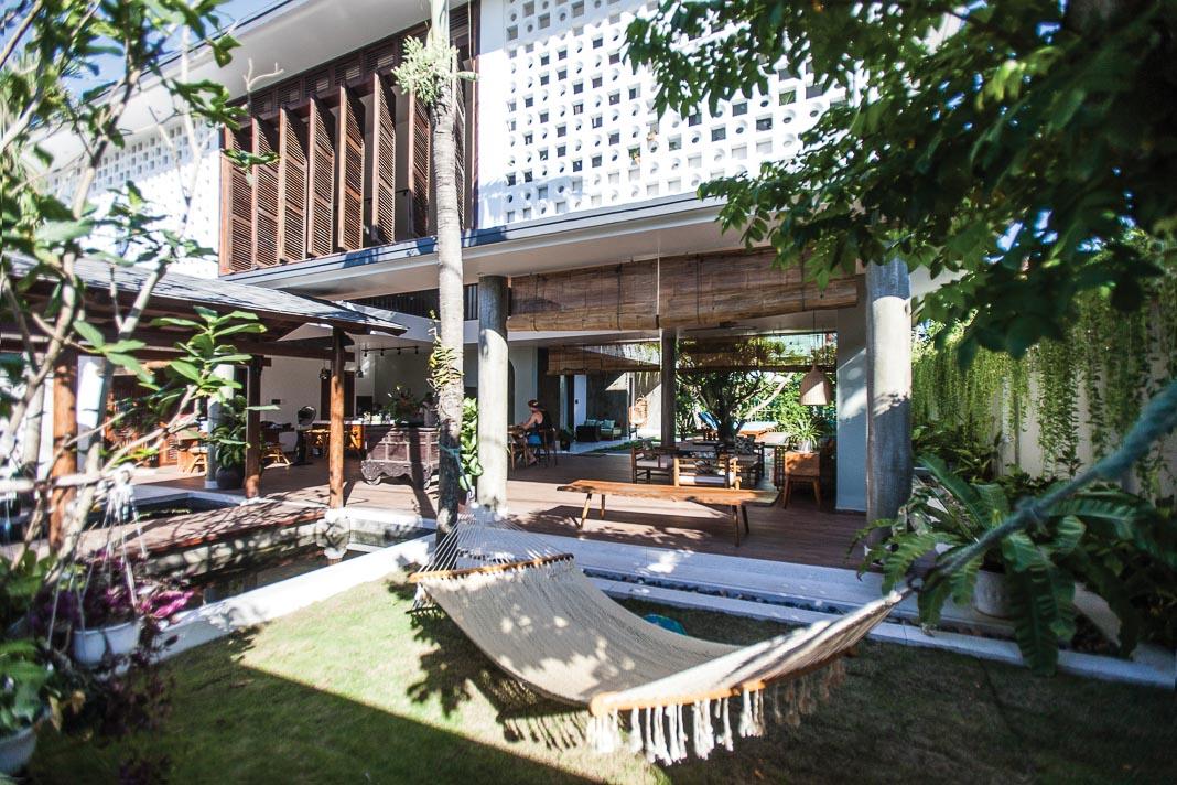 Một góc sân vườn nhìn vào nội thất, chiếc võng ngoài vườn là chỗ thảnh thơi rất được du khách ưa thích