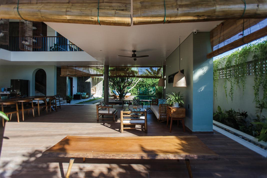 Phòng khách rộng mở với thiết kế kết nối nội và ngoại thất, các không gian sinh hoạt chung liên thông 2
