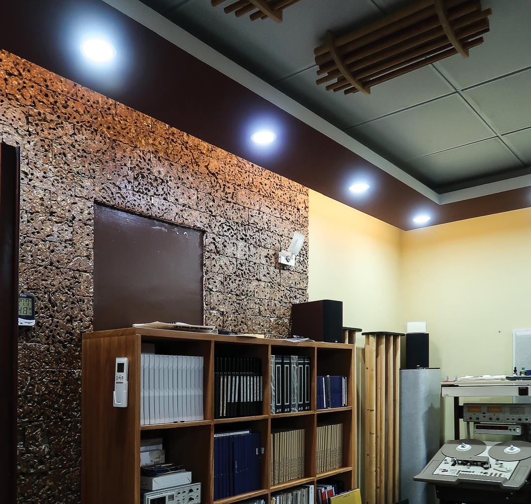 Nhóm chất liệu Thổ - Mộc với gỗ đi cùng đá ong giúp trang âm hiệu quả 2