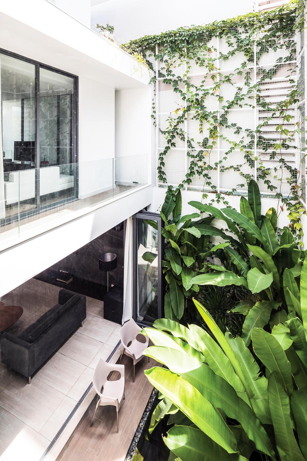 Vườn sau không chỉ đem lại cảm giác thiên nhiên cho không gian sinh hoạt chung dưới tầng trệt mà còn giống như một lõi xanh trên cao để các phòng ngủ cũng có view nhìn ra mảng xanh thiên nhiên 1