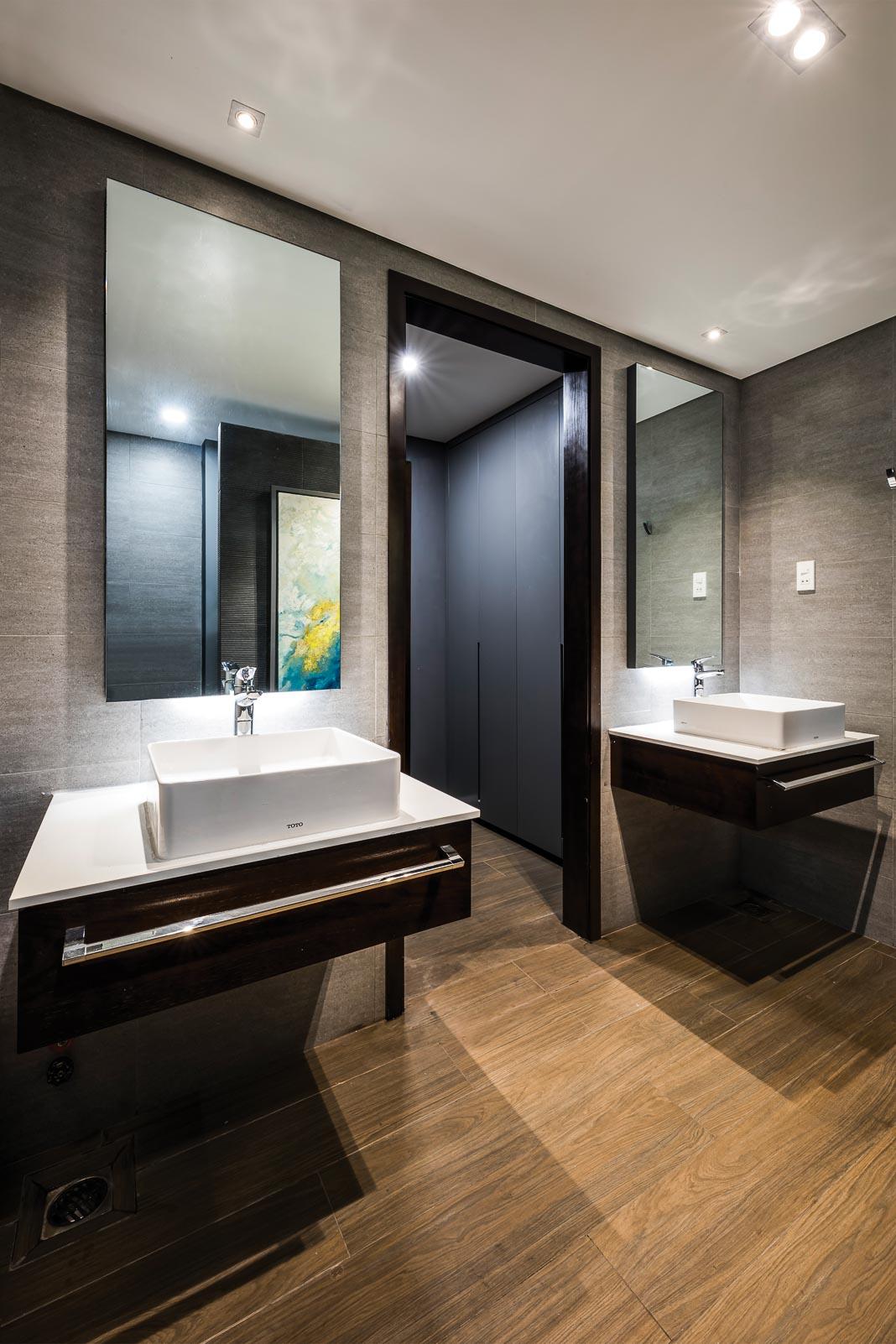 Một góc nhìn từ khối vệ sinh ra hành lang