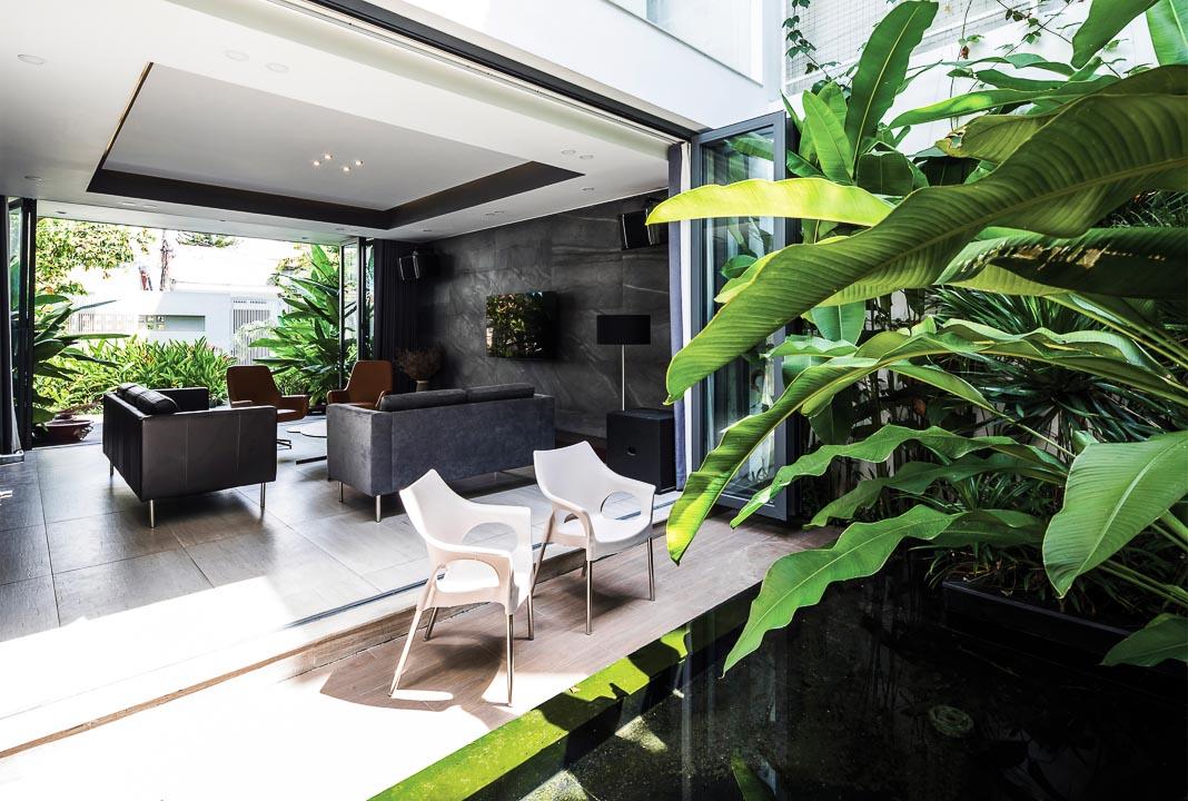 Từ hồ nước và vườn sau nhìn vào phòng khách và xuyên ra mảng xanh vườn trước