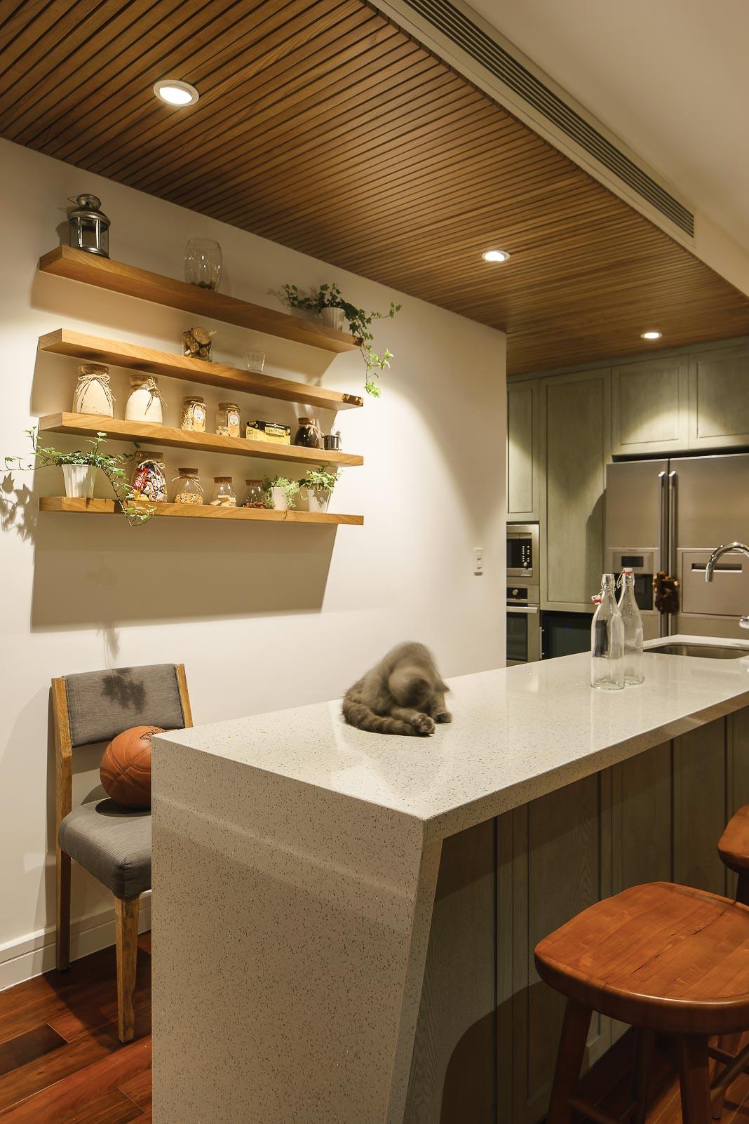 Bàn bếp bằng đá mài màu trắng, đây cũng là nơi có thể tận dụng để ngồi trong những bữa ăn nhẹ
