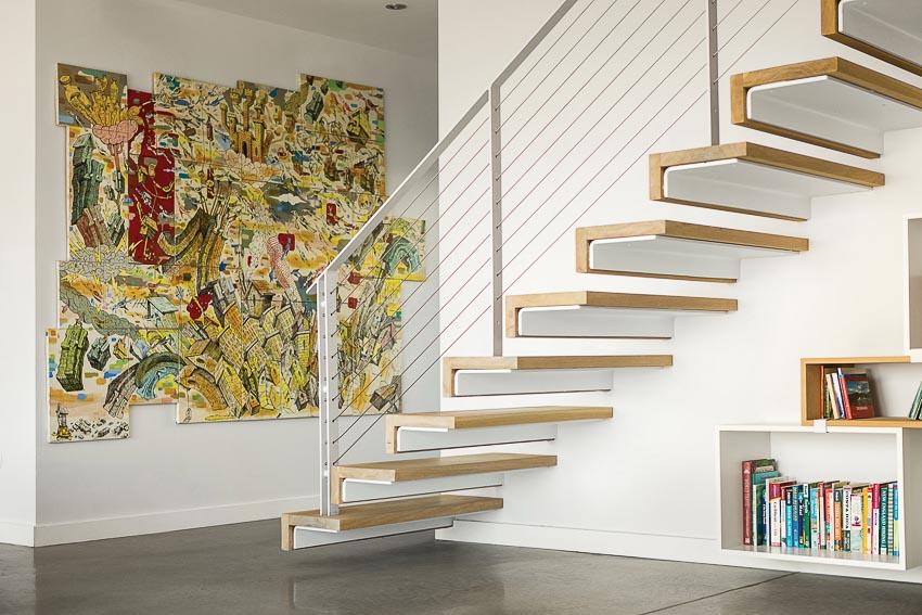 Mảng tranh trang trí đầy màu sắc tươi vui ở lối lên cầu thang