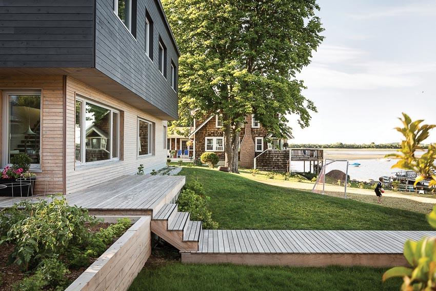 Góc nhìn này cho thấy vẻ đẹp thanh nhã của công trình với lối đi lát gỗ qua sân vườn