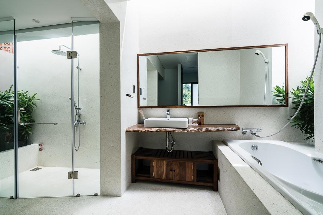 Phòng tắm cũng thấp thoáng cây xanh và chan hòa ánh sáng