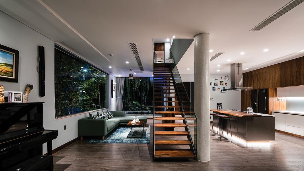 Không gian sinh hoạt chung trên tầng 2, với cầu thang được bố trí giữa khu vực bếp nấu, phòng ăn và phòng khách 1