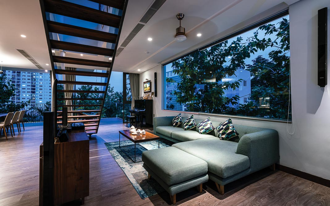 Không gian sinh hoạt chung trên tầng 2, với cầu thang được bố trí giữa khu vực bếp nấu, phòng ăn và phòng khách 2