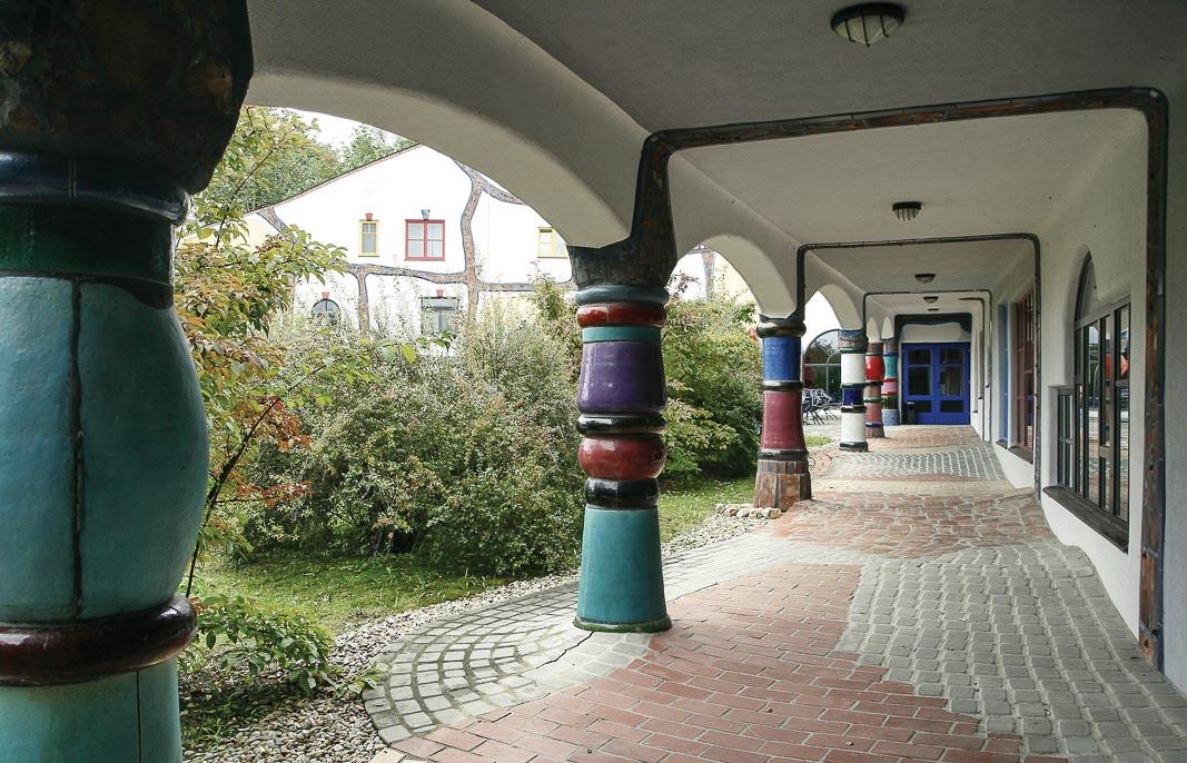 Những chiếc cột đầy màu sắc, hình dáng lạ lùng và những lối đi lát đủ loại gạch 1