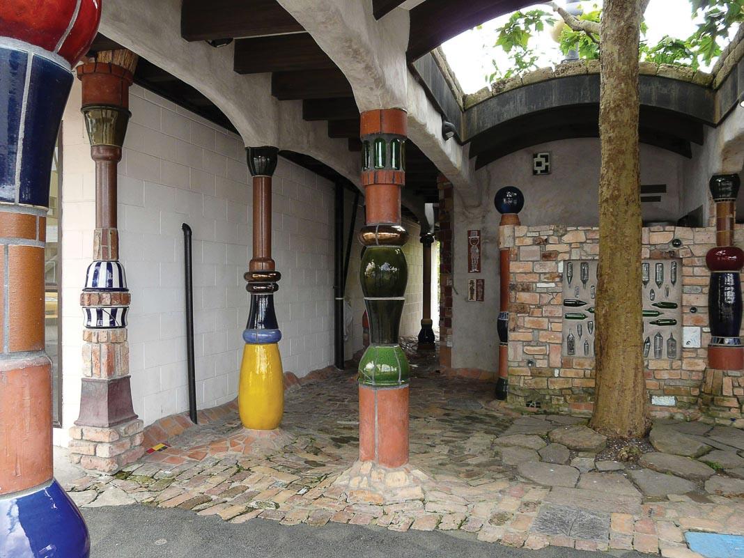 Những chiếc cột đầy màu sắc, hình dáng lạ lùng và những lối đi lát đủ loại gạch 2