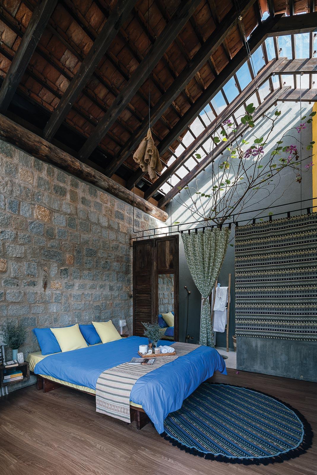 Các tiện ích trong phòng: chỗ ngủ, bếp nấu, góc thư giãn mở tầm nhìn ra khoảng sân, khối tắm tràn ngập ánh sáng 1