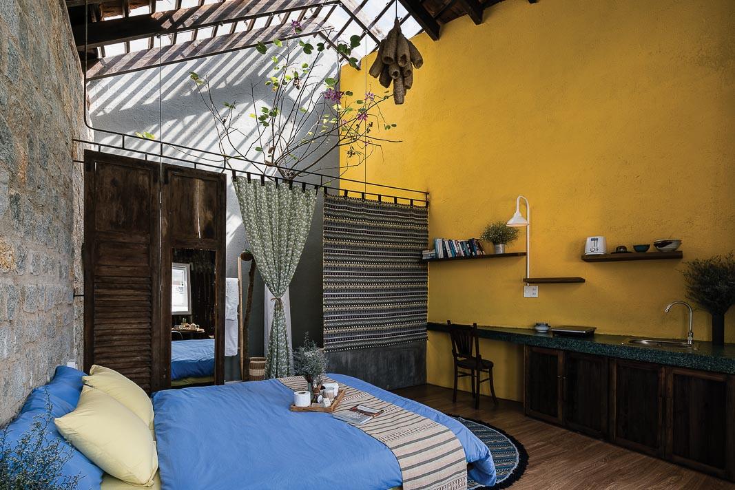 Các tiện ích trong phòng: chỗ ngủ, bếp nấu, góc thư giãn mở tầm nhìn ra khoảng sân, khối tắm tràn ngập ánh sáng 2