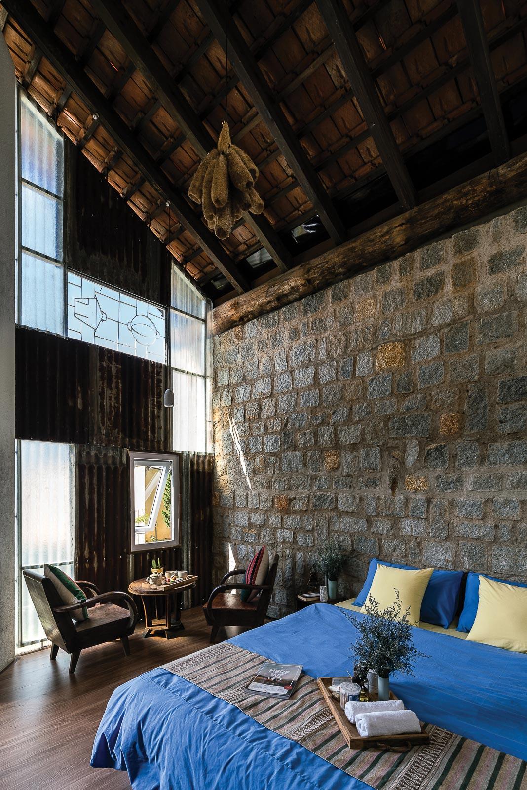 Các tiện ích trong phòng: chỗ ngủ, bếp nấu, góc thư giãn mở tầm nhìn ra khoảng sân, khối tắm tràn ngập ánh sáng 3