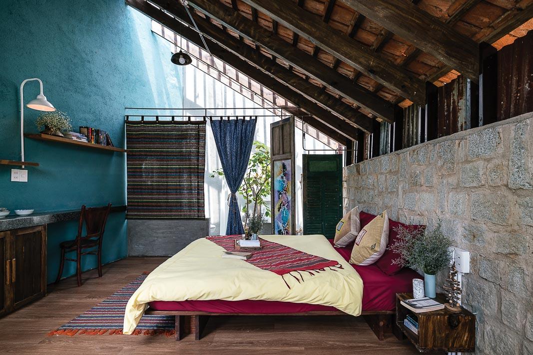 Khối ngủ kết nối với các chức năng còn lại: góc ngồi mở tầm nhìn ra vườn, phòng tắm chỉ ngăn cách với khối ngủ bằng một lớp rèm vải, màu sắc và hoa văn thổ cẩm chính là yếu tố đem lại cảm giác thú vị cho khách lưu trú 1