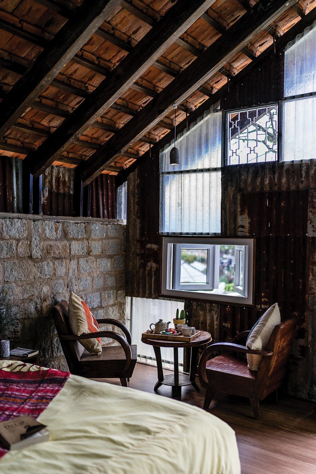Khối ngủ kết nối với các chức năng còn lại: góc ngồi mở tầm nhìn ra vườn, phòng tắm chỉ ngăn cách với khối ngủ bằng một lớp rèm vải, màu sắc và hoa văn thổ cẩm chính là yếu tố đem lại cảm giác thú vị cho khách lưu trú 2