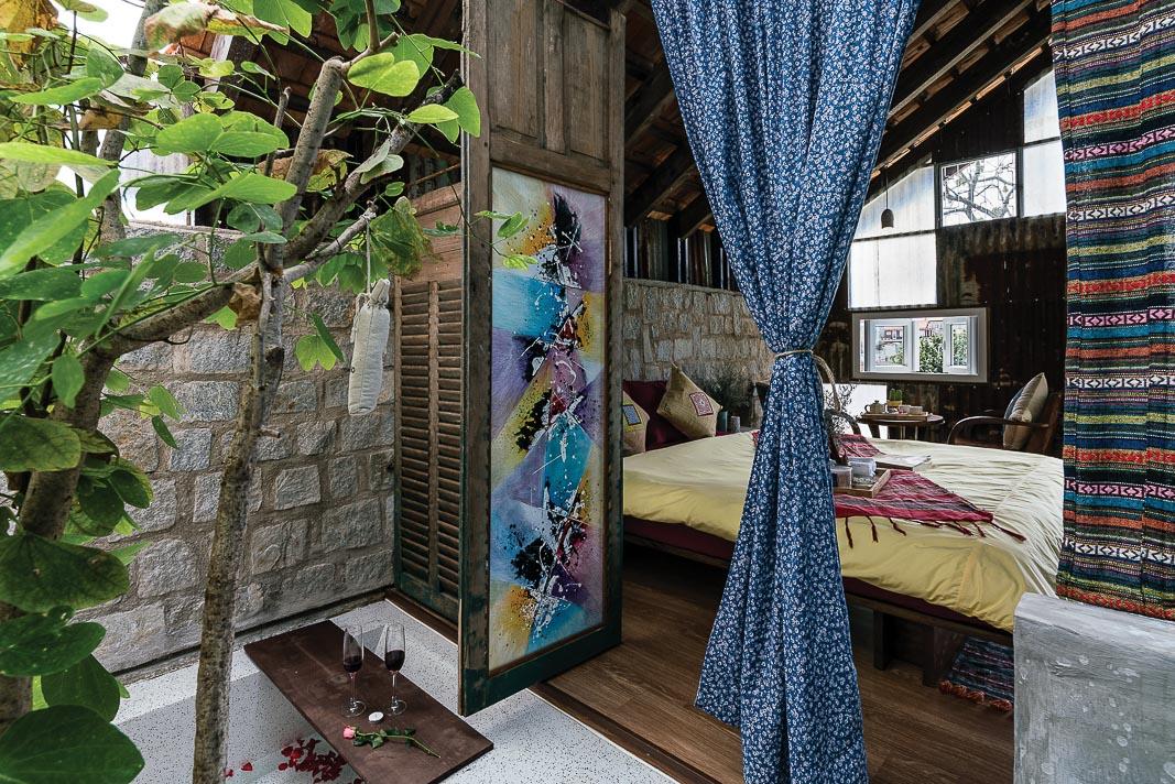 Khối ngủ kết nối với các chức năng còn lại: góc ngồi mở tầm nhìn ra vườn, phòng tắm chỉ ngăn cách với khối ngủ bằng một lớp rèm vải, màu sắc và hoa văn thổ cẩm chính là yếu tố đem lại cảm giác thú vị cho khách lưu trú 3