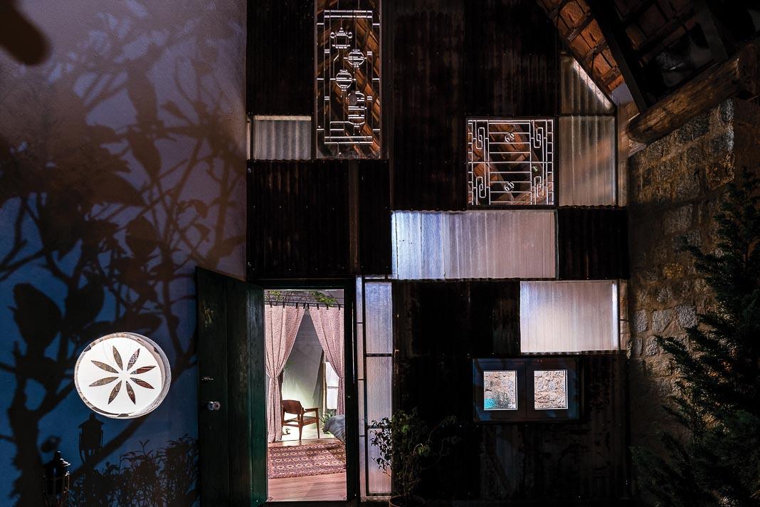 Vẻ quyến rũ của một căn phòng khi nhìn từ bên ngoài, trong ánh sáng buổi tối