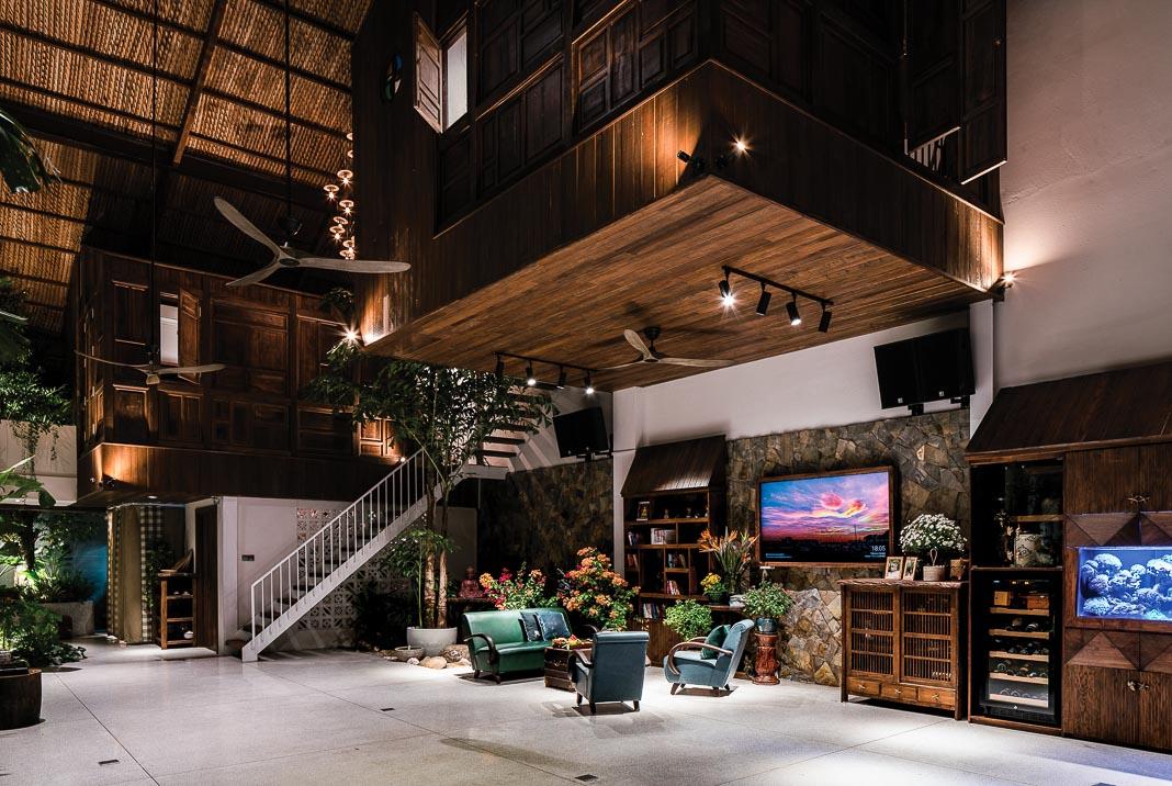 Vào buổi tối, khi bên ngoài sẫm lại và ngôi nhà sáng đèn, tầng trệt trở nên ấm cúng, rất hợp cho những buổi đoàn tụ 1