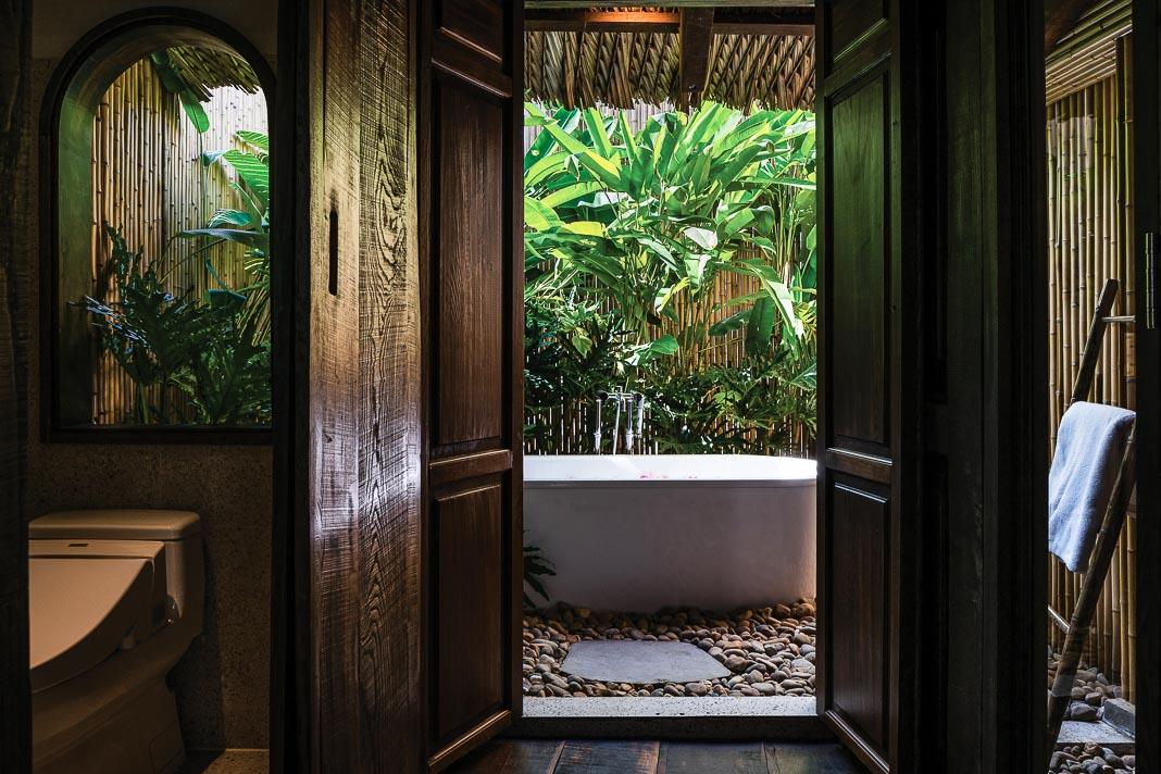Khối tắm và vệ sinh riêng trên lầu cho phòng ngủ phía sau 1