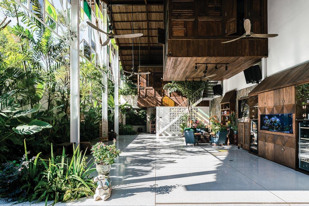 Ngôi nhà chan hòa với thiên nhiên, ánh nắng buổi sáng ghé thăm mọi không gian tầng trệt 1