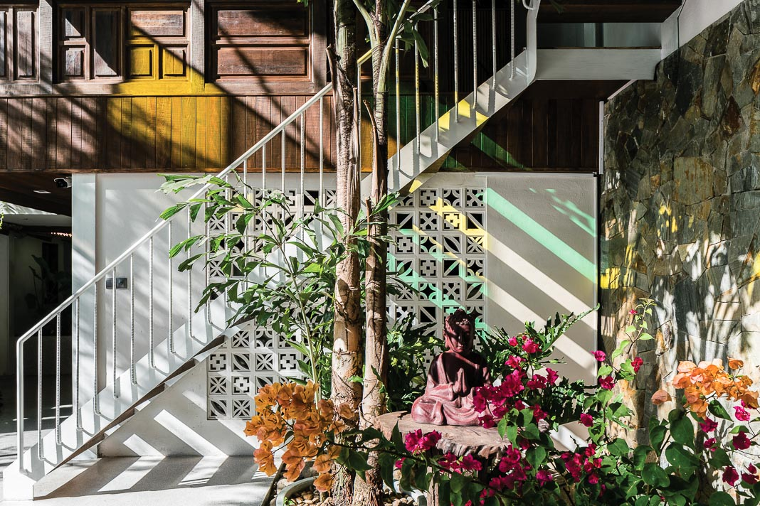 Một góc tâm linh trong ngôi nhà, ánh xuyên qua những mảng kính màu tạo nên những cảm xúc đặc biệt 2