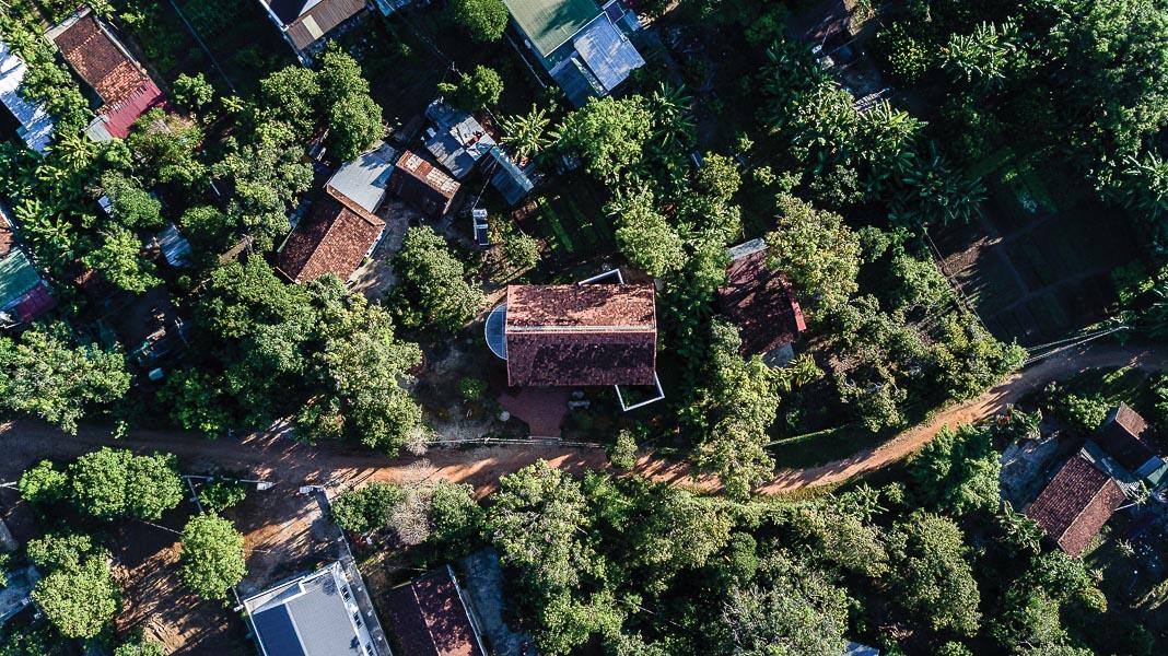 Công trình nhìn từ trên cao và trong tương quan với các ngôi nhà khác trên địa bàn mà nó tọa lạc 1