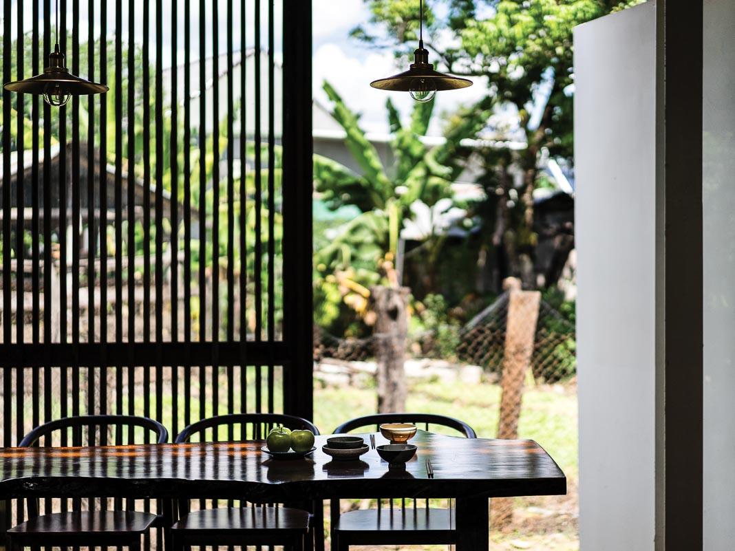 Một góc bàn ăn và mảng vườn bên ngoài
