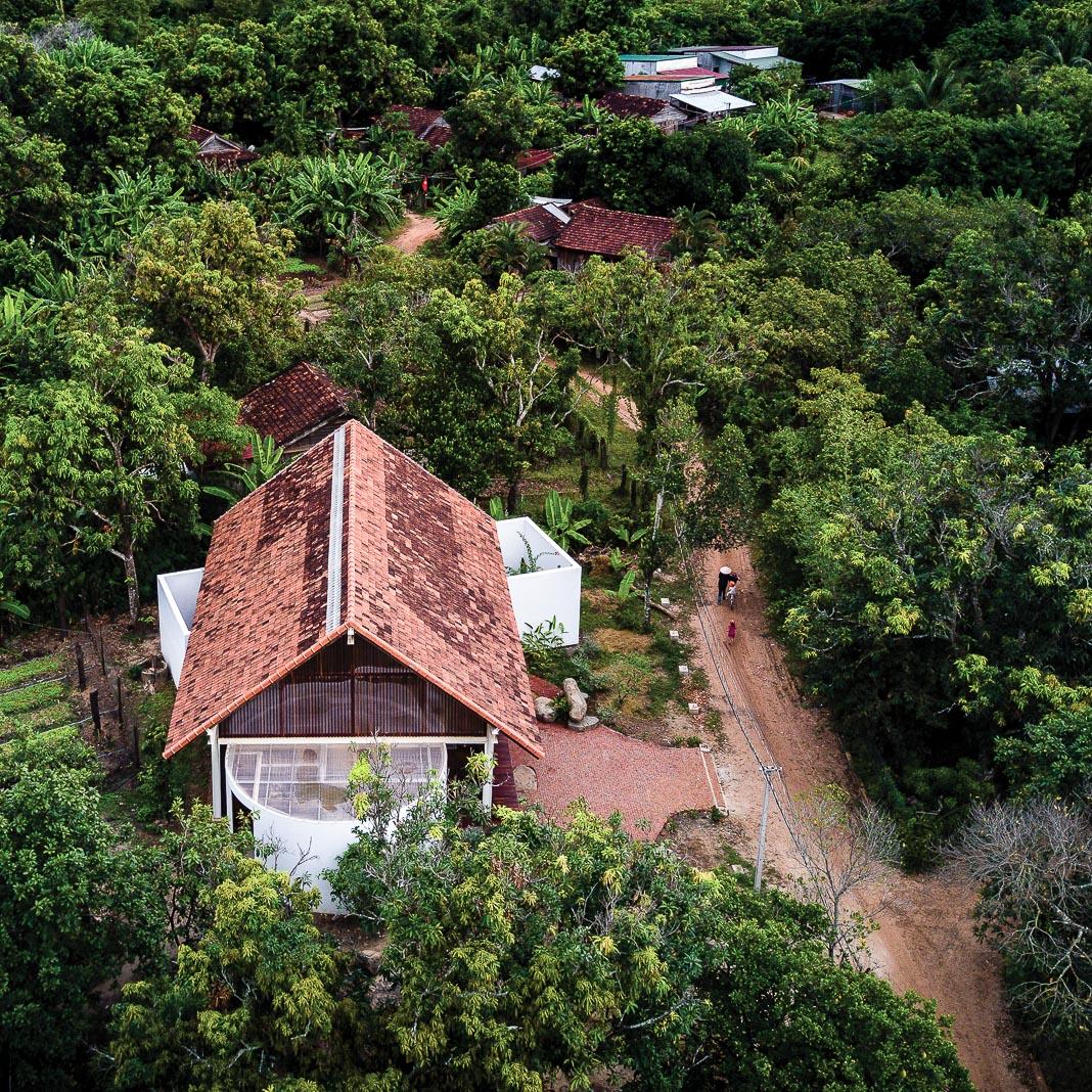 Công trình nhìn từ trên cao và trong tương quan với các ngôi nhà khác trên địa bàn mà nó tọa lạc 2